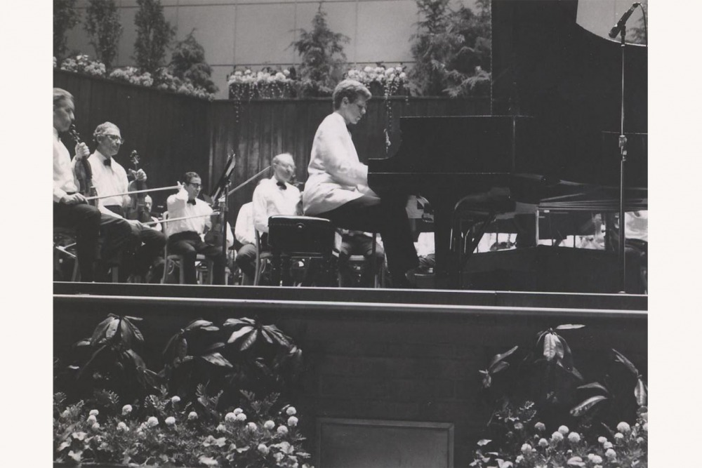 Van Cliburn plays the piano on the stage of the Robin Hood circa 1968.