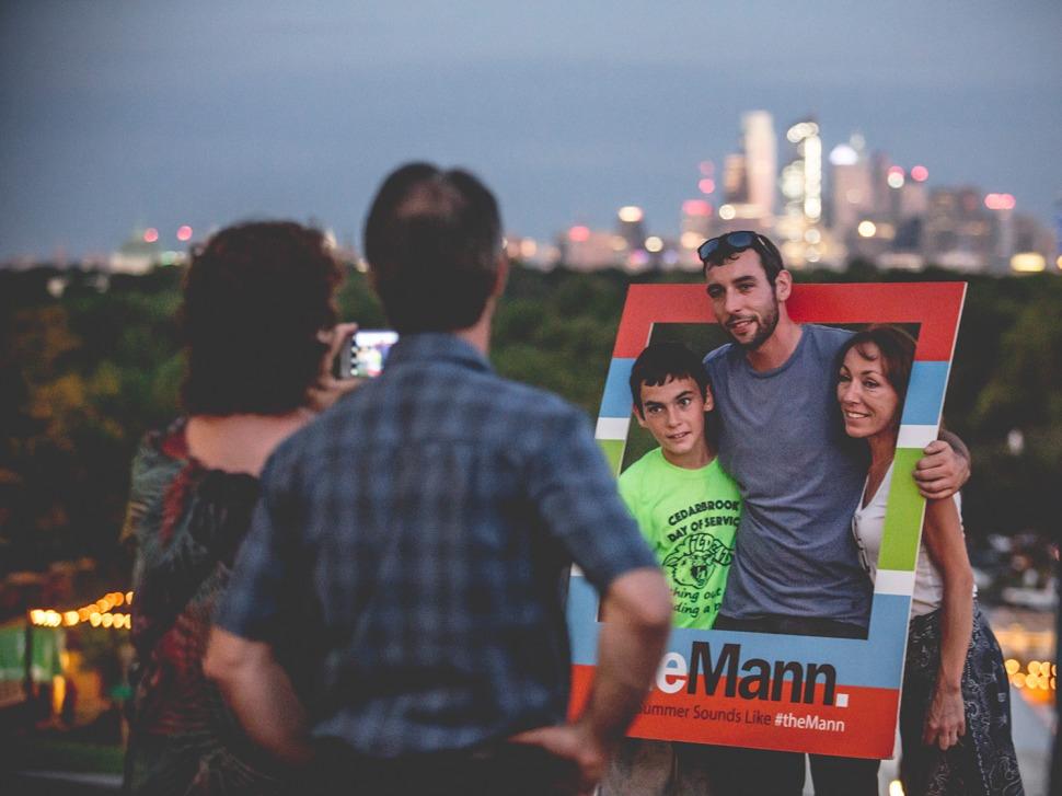 Patrons using the Mann photo frame
