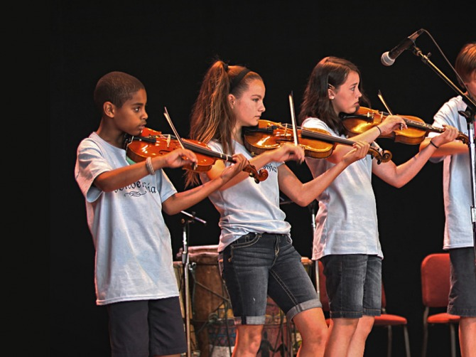 Children onstage playing violin